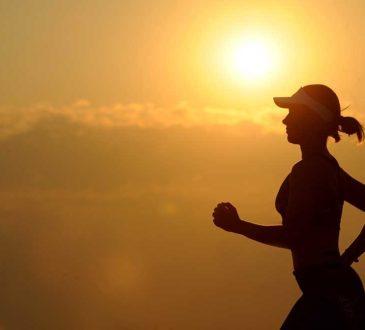 bieg w zachodzie słońca. jogging