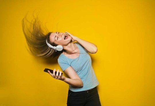 energetyczne zdjęcie kobiety słuchającej muzyki
