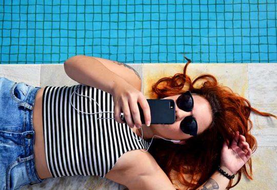 kobieta w okularach na basenie