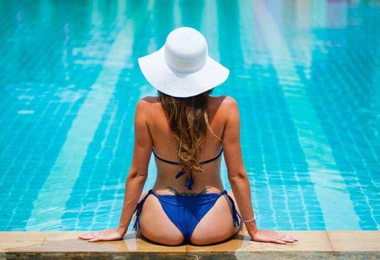 kobieta w kapeluszu na basenie